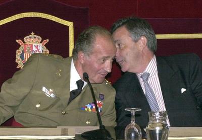 El rey Juan Carlos escucha al director del Centro Nacional de Inteligencia, Jorge Dezcallar, durante la entrega de diplomas en el Ceseden.