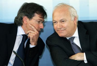 El ex ministro de Asuntos Exteriores Miguel Ángel Moratinos y el actual secretario general de la Oficina del Presidente, Bernardino León, en mayo de 2006.
