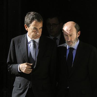 El presidente del Gobierno, José Luis Rodríguez Zapatero, y el ministro del Interior, Alfredo Pérez Rubalcaba,  tras la visita de la capilla ardiente del guardia civil Juan Piñuel Villalón, asesinado por ETA en mayo de 2008.
