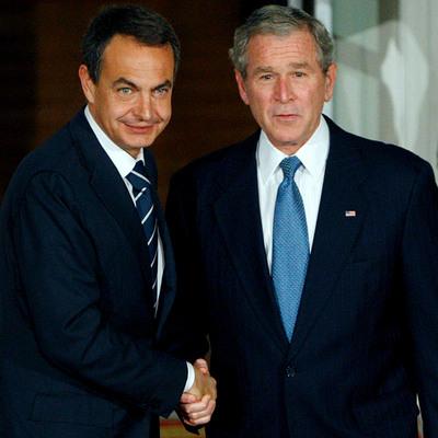 El presidente del Gobierno español, José Luís Rodríguez Zapatero, recibido en la Casa Blanca por el Presidente norteamericano, George Bush, antes de la cena ofrecida a los líderes que participan en la reunión del G-20 el 14 de noviembre de 2008.