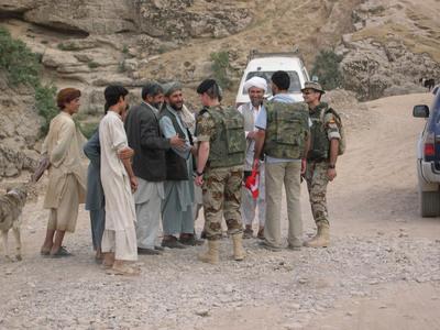 Soldados de la Brigada Paracaidista de Alcalá de Henares saludan en un camino a un grupo de residentes en Afganistán.