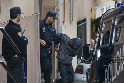 La policía se lleva detenido a un acusado de terrorismo islamista en Santa Coloma de Gramenet, (Barcelona), en octubre de 2008