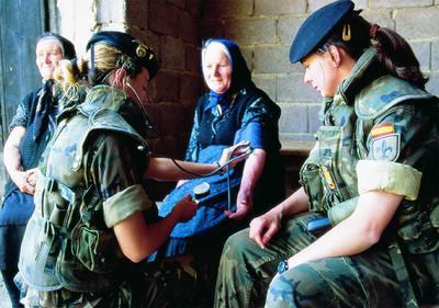 Dos soldados españolas prestan atención médica en Kosovo