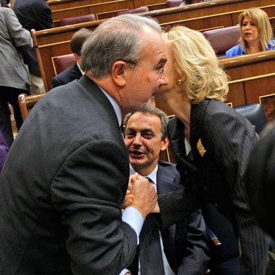 Pedro Solbes saluda a su sucesora en la cartera de Economía, Elena Salgado, en presencia de José Luis Rodríguez Zapatero.