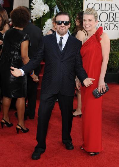 Ricky Gervais y su mujer en la alfombra roja de los Globos de Oro.