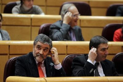 Un grupo de senadores del PSC, esta tarde en el Senado. A la izquierda, Ramón Aleu.