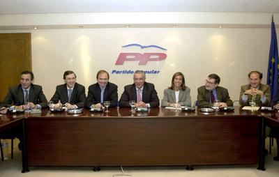 Jesús Sepúlveda, primero por la derecha, y Ana Mato, tercera por la derecha asisten en 2002 a la primera reunión del secretariado del nueva Ejecutiva del partido tras la celebración del XIV Congreso nacional.