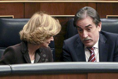 Elena Salgado conversa con Valeriano Gómez en el pleno del Congreso.