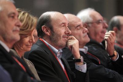 Los tres vicepresidentes del Gobierno, Salgado, Rubalcaba y Chaves, escuchan ayer a Zapatero.