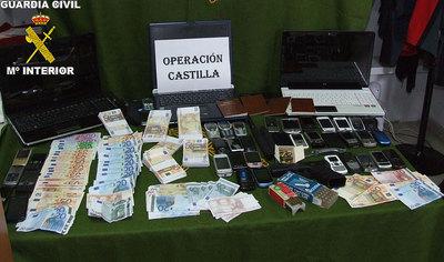 Material incautado a la banda: dinero falso, una pistola, cartuchos y material informático para falsificaciones.
