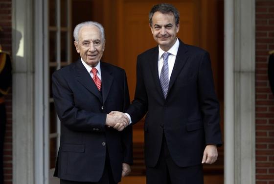 El presidente de Israel, Simon Peres, saluda al jefe del Ejecutivo español, José Luis Rodríguez Zapatero, a las puertas del Palacio de La Moncloa.