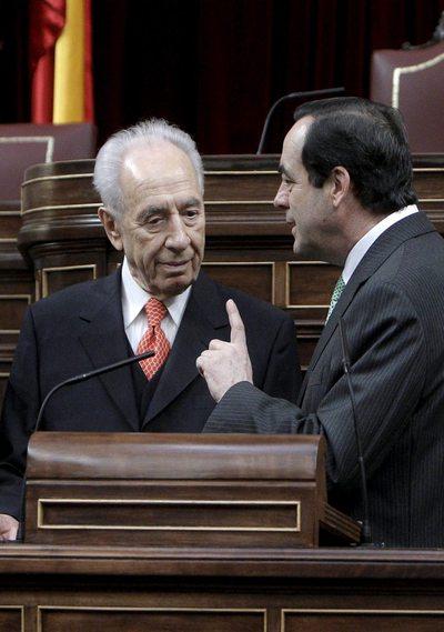 El presidente israelí, Simon Peres, y el del Congreso de los Diputados, José Bono, en la Cámara Baja.
