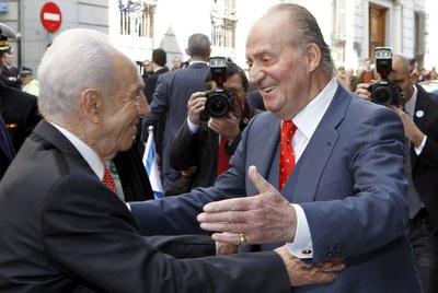 El Rey saluda al presidente de Israel, Simon Peres.