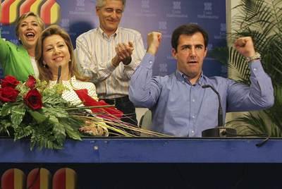 Los expresidentes de UM, María Antonia Munar y Miquel Nadal, celebrando el resultado de las elecciones de 2007.