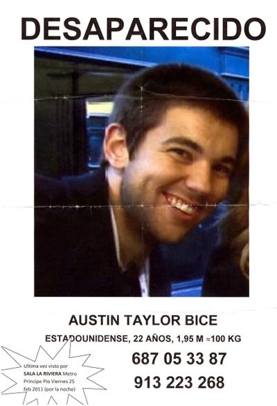 Cartel con la foto del estudiante desaparecido  y dos teléfonos de contacto que los amigos del desaparecido han pegado en el centro de Madrid.