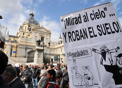 Manifestación de vecinos contra el plan del arzobispado de construir un  mini-Vaticano  en Las Vistillas.