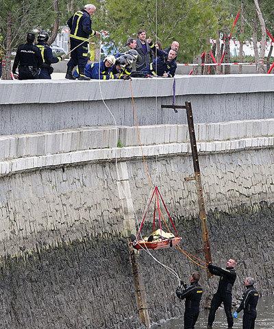 Buzos del cuerpo de bomberos ayudan a recuperar el cadáver de Austin Bice del fondo del río.