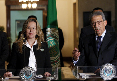 La ministra española de Exteriores, Trinidad Jiménez, y el secretario general de la Liga Árabe, Amr Musa, se dirigen a los medios tras el encuentro que ambos han mantenido en El Cairo (Egipto).