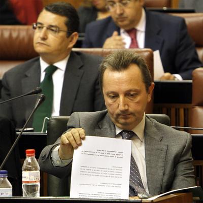 Manuel Recio responde a las preguntas de la oposición sobre los ERE en el Parlamento andaluz.