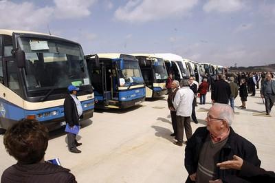 Vecinos de las localidades cercanas al nuevo aeropuerto de Castellón, a cuya inauguración han sido trasladados en autobuses.
