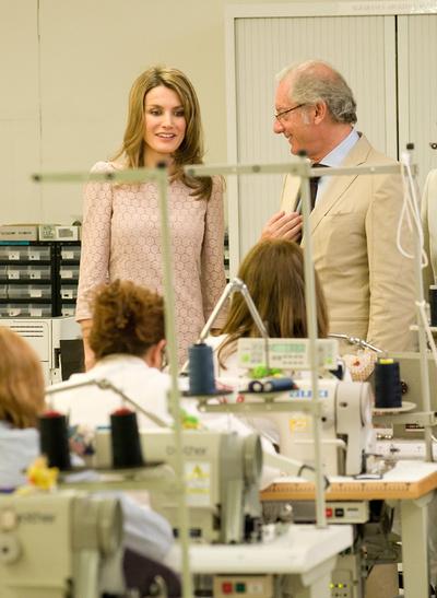 La princesa de Asturias durante su visita a una de las fábricas de Mango en Barcelona, donde ha estado acompañada por el presidente de la compañía textil, Isak Andic.