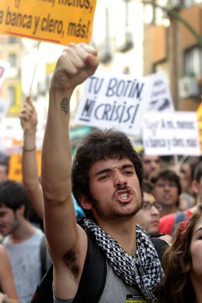 No cesaban los gritos y los silbidos de los asistentes que estaban indignados por la falta de oportunidades de la juventud.