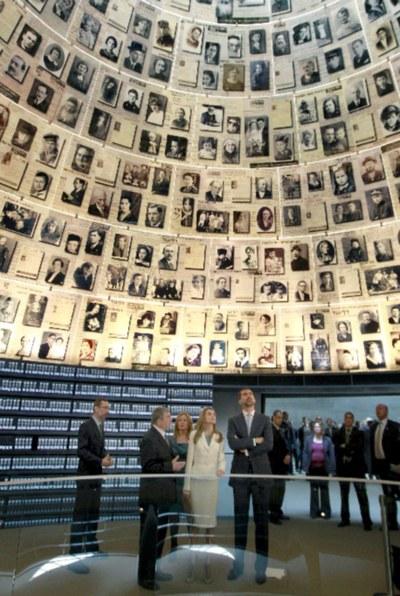 Los Príncipes y la ministra de Exteriores, Trinidad Jiménez, durante su visita al Museo del Holocausto.