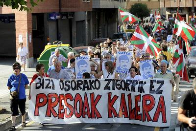 Cabecera de la manifestación convocada en julio de 2007 en Amorebieta ( Vizcaya) bajo el lema  Bizi osorako zigorrik ez. Presoak kalera   (Castigos de por vida no. Presos a la calle) en apoyo al preso etarra José María Sagardoy.