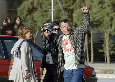 13042011. El preso más antiguo de ETA, José María Sagarduy Moja,  Gatza , ha salido esta mañana de la cárcel de Jaén II, tras 31 años. A las puertas de la prisión le esperaban varias decenas de personas entre miembros de la izquierda  abertzale  y seguidores de la Asociación Voces Contra el Terrorismo, mientras un centenar de agentes de la Guardia Civil vigilaban para que no se produjeran incidentes.
