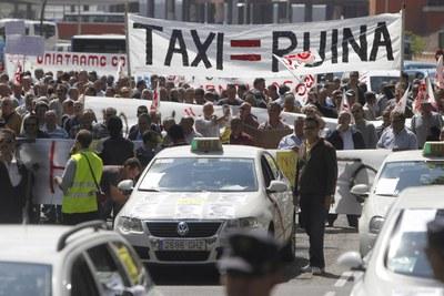 Manifestación de taxistas ayer en el paseo del Prado para protestar contra la nueva regulación del sector.
