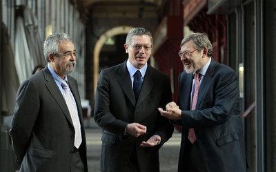 Los tres candidatos a la Alcaldía de la capital conversan bajo los soportales de la plaza Mayor. De izquierda a derecha: Ángel Pérez (IU); al actual alcalde, Alberto Ruiz-Gallardón (PP); y Jaime Lissavetzky (PSM).