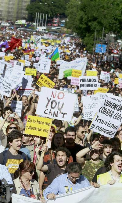 Varios miles de personas se concentran en más de 50 ciudades españolas para protestar contra los políticos y los bancos.