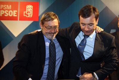 Jaime Lissavetzky (izquierda) y Tomás Gómez se abrazan, en la sede de los socialistas madrileños, tras conocer la derrota.