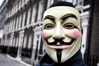 Un activista de Anonymous posa en una calle de Londres (foto de archivo).