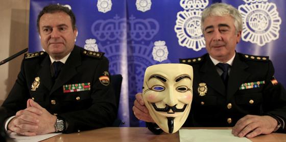 Responsables policiales, con la careta la careta de Alan Moore, del cómic 'V de Vendetta', convertida en emblema de Anonymous.