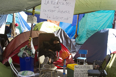 Momento de descanso en medio de la acampada de los indigandos en la Puerta del Sol.