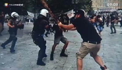 Imagen que usó Telemadrid de los disturbios en Grecia después de la huelga general del pasado miércoles.
