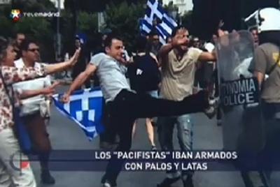 En las imágenes que usó Telemadrid para ilustrar los disturbios en Barcelona se ven banderas griegas.