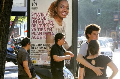Un cartel anuncia la Jornada Mundial de la Juventud en una calle de Madrid.