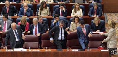 Los miembros del Gobierno regional en funciones ocupan sus sillones provisionales en la sesión inaugural en la Asamblea.