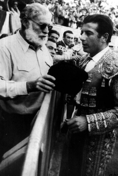Hemingway chats will bullfighter Antonio Ordóñez.