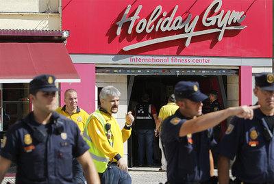 Varios agentes en la puerta del gimnasio Holiday Gym donde se ha registrado el tiroteo.