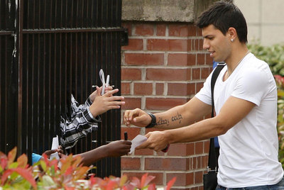 Agüero signs autographs outside a Manchester hospital after his medical on Wednesday.