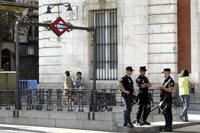 Agentes de Policía en uno de los accesos del Metro en la estación de Sol, que ha reabierto esta mañana.