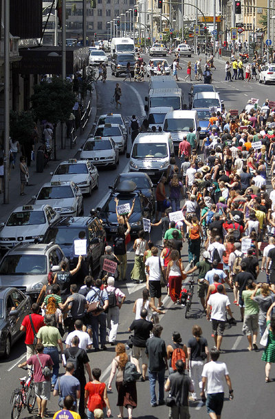 Protestors from the 15-M movement stop the traffic on Madrid's Gran Vía on Thursday.