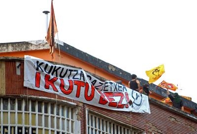 Imagen del 'gaztetxe' (local juvenil) Kukutza, ubicado en el barrio bilbaíno de Rekalde, durante el desalojo llevado a cabo hoy por la Ertzaintza con numerosos incidentes y cargas policiales.