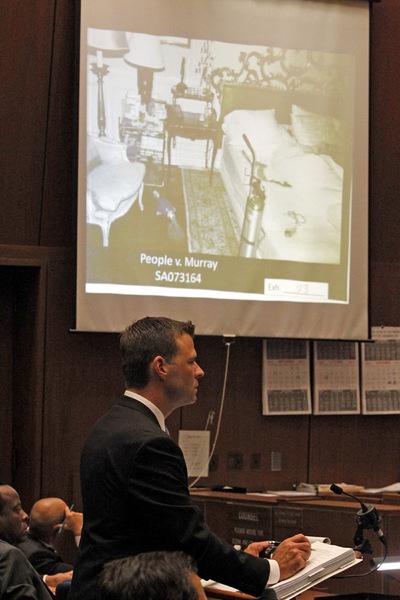El fiscal David Walgren hace una pregunta al jefe de seguridad de Michael Jackson, Faheem Muhammad, durante la segunda jornada del juicio contra Conrad Murray por la muerte del cantante, el 28 de septiembre de 2011. En la sala se muestra el detalle de la habitación del artista el día de su fallecimiento.