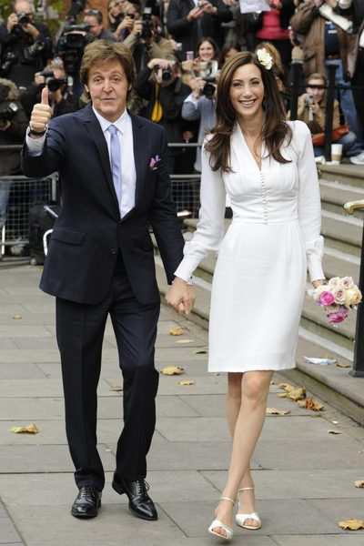 Paul McCartney y su nueva esposa, Nancy Shevell en el registro de Westminster.