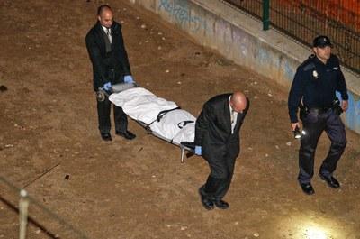 Dos operarios trasladan el cadáver de la adolescente de 15 años que ha muerto atropellada por un tren en Campo de las Naciones.
