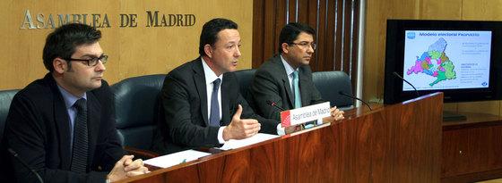 Henríquez de Luna (centro), y los portavoces adjuntos Pedro Muñoz Abrines (dcha.) y Álvaro González (izqda.).